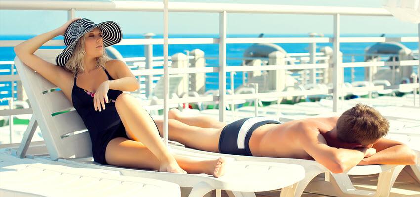 Солнечные ванны на палубе